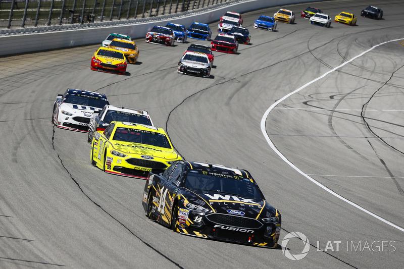 Clint Bowyer, Stewart-Haas Racing, Chevrolet Camaro WIX Filters, guida un gruppo