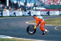 Sportwart mit Rad vom Ferrari F399 von Michael Schumacher nach Crash