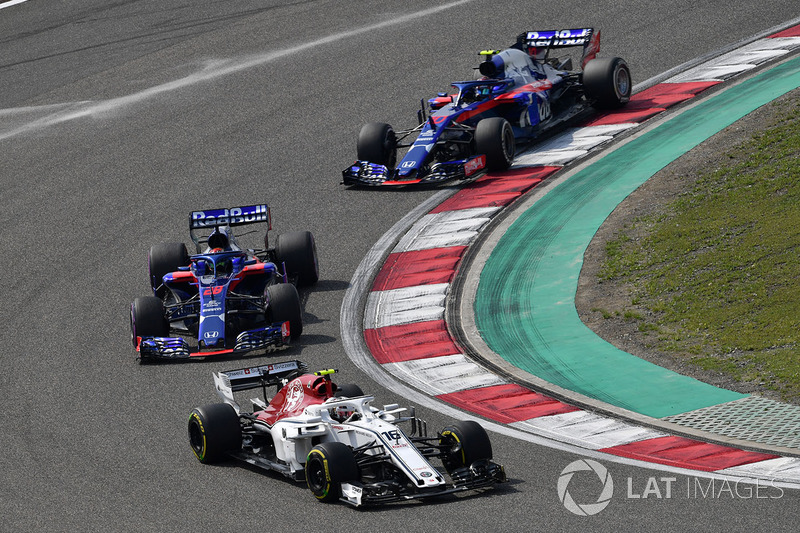 Charles Leclerc, Sauber C37 precede Brendon Hartley, Scuderia Toro Rosso STR13