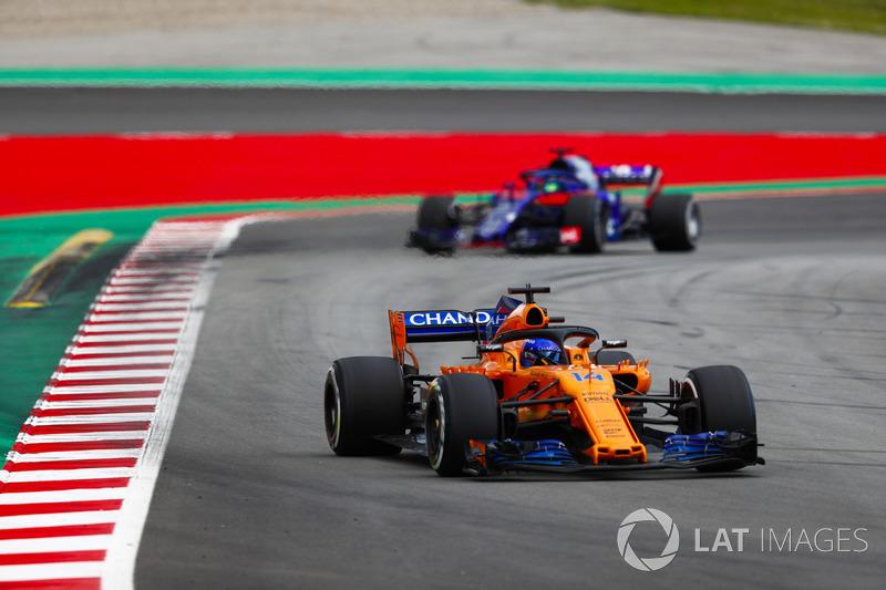 Фернандо Алонсо, McLaren MCL33, и Брендон Хартли, Scuderia Toro Rosso STR13
