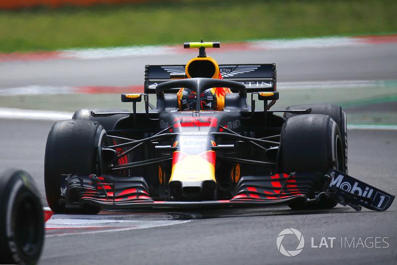Max Verstappen, Red Bull Racing RB14 con daño en el alerón delantero