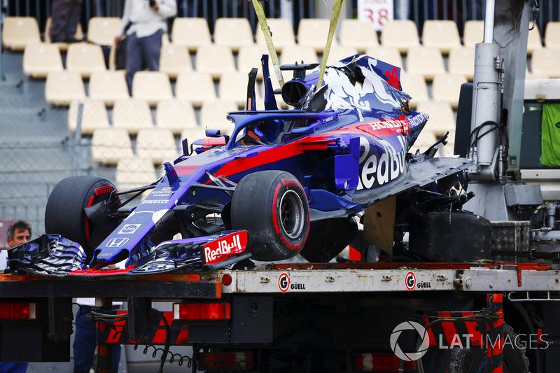 Les restes de la Toro Rosso STR13 de Brendon Hartley sont ramenés sur un camion