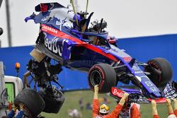 La monoposto incidentata di Brendon Hartley, Scuderia Toro Rosso viene recuperata nelle FP3