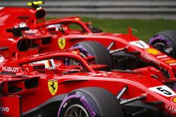 Le poleman Sebastian Vettel, Ferrari, le deuxième, Kimi Raikkonen, Ferrari