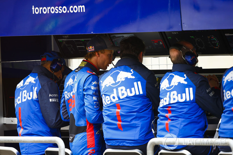Brendon Hartley, Toro Rosso, joins team management on the pit wall