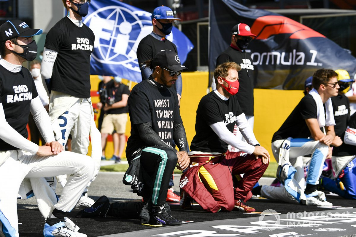 Lando Norris, McLaren, Lewis Hamilton, Mercedes-AMG F1, Sebastian Vettel, Ferrari, George Russell, Williams Racing, and the other drivers kneel and stand in support of the End Racism campaign prior to the start