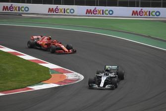 Valtteri Bottas, Mercedes-AMG F1 W09 leads Kimi Raikkonen, Ferrari SF71H