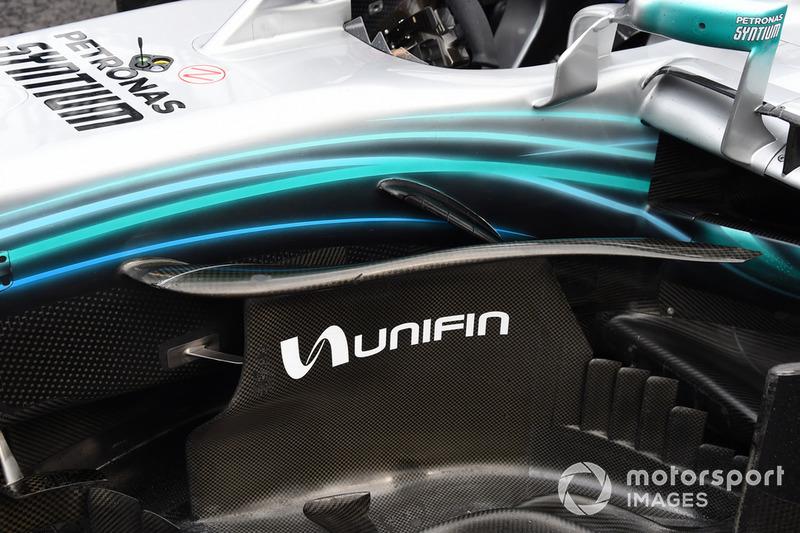 Vue détaillée d'un déflecteur de la monoplace de Valtteri Bottas, Mercedes AMG F1 W09 EQ Power+ arrêtée en piste