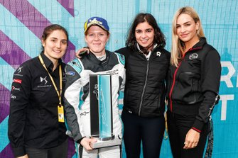 Tatiana Calderon, DS TECHEETAH, Jamie Chadwick, NIO Formula E Team, Carmen Jorda, Nissan e.Dams posent avec Alice Powell, Jaguar VIP