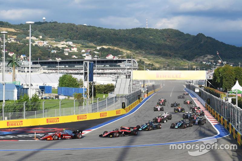 Aksi start Feature Race F2 Sochi