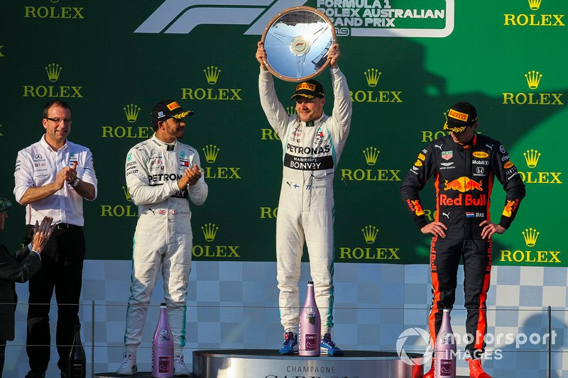 Il vincitore Valtteri Bottas, Mercedes AMG F1, solleva il trofeo, Lewis Hamilton, Mercedes AMG F1 e Max Verstappen, Red Bull Racing sul podio