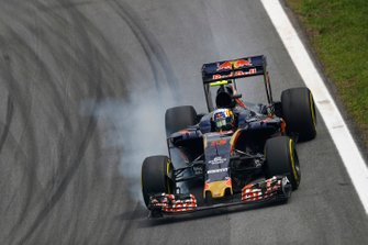 Carlos Sainz Jr, Toro Rosso STR11 Ferrari, bloquea una rueda delantera