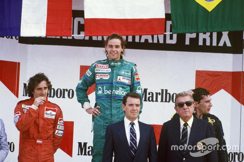 Podio: ganador de la carrera Gerhard Berger, Benetton, segundo lugar Alain Prost, McLaren y tercer lugar Ayrton Senna, Lotus