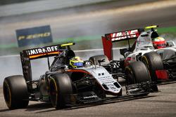 Sergio Perez, Sahara Force India F1 VJM09 and Esteban Gutierrez, Haas F1 Team VF-16 battle for position
