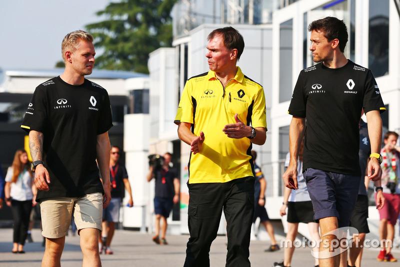 (Da sx a dx): Kevin Magnussen, Renault Sport F1 Team with Alan Permane, Renault Sport F1 Team Trackside Operations Director and Jolyon Palmer, Renault Sport F1 Team