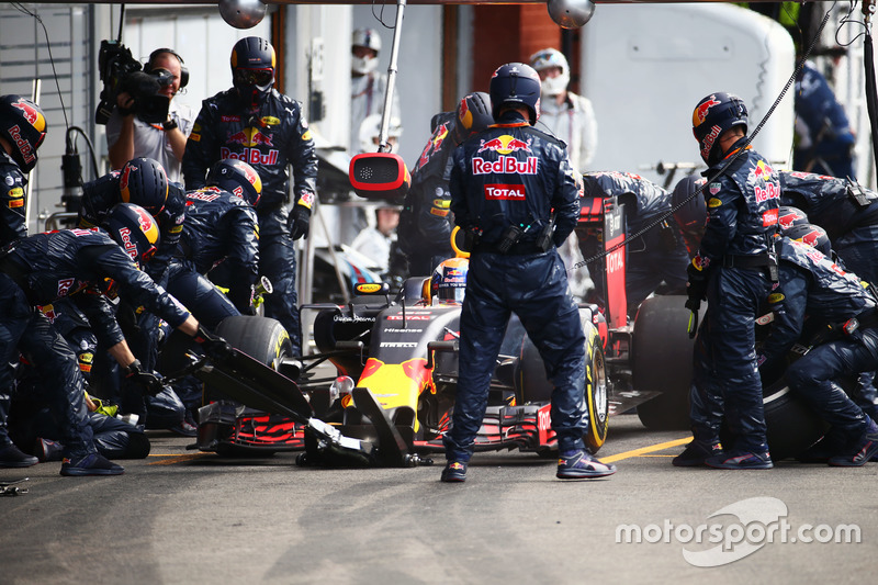 Max Verstappen, Red Bull Racing RB12 fa un pit stop
