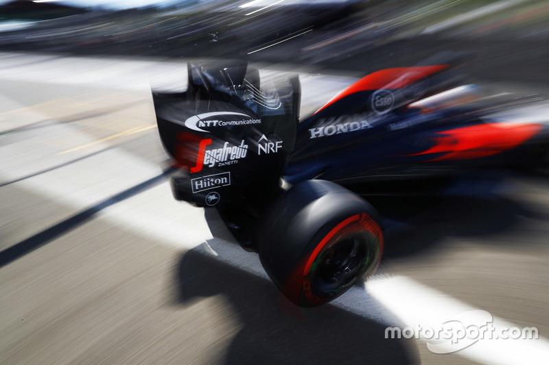 Fernando Alonso, McLaren esce dal box