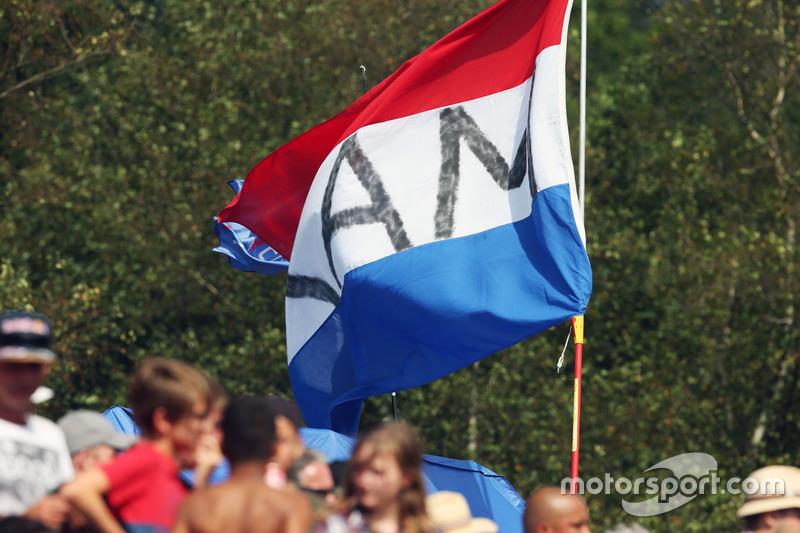 Tifosi e bandiere per Max Verstappen, Red Bull Racing