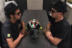 Valentino Rossi, Yamaha Factory Racing avec Alessio Salucci et le casque Blues Brothers