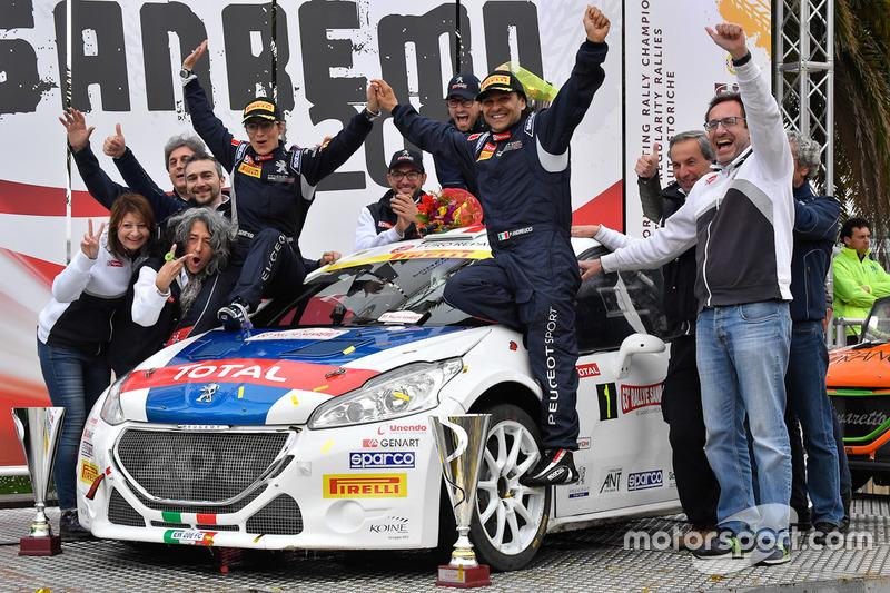 Carlo Leoni, Responsabile Comunicazione Peugeot Sport festeggia con Paolo Andreucci, Anna Andreussi e il team Peugeot Sport Italia