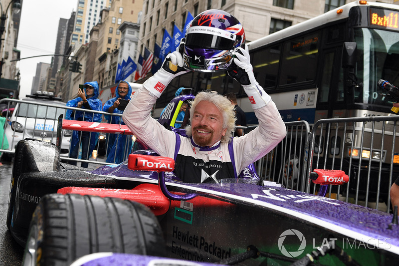 Richard Branson posa para una foto con un DS Virgin Racing Spark