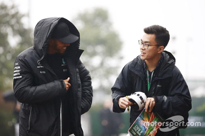 Lewis Hamilton, Mercedes AMG, habla con un fan