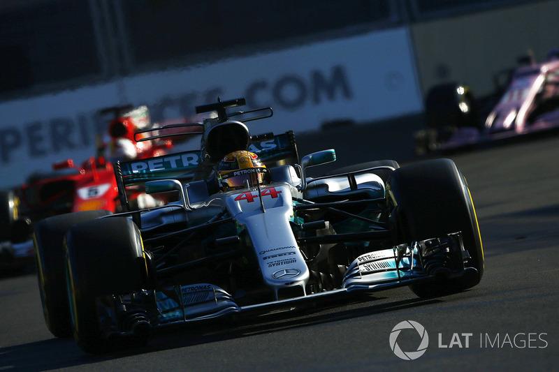 Lewis Hamilton, Mercedes AMG F1 W08, devance Sebastian Vettel, Ferrari SF70H