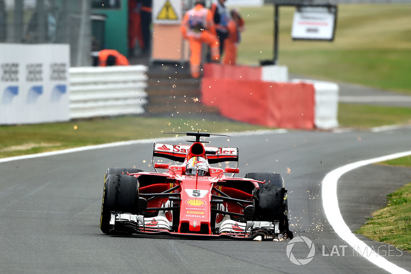 На последних кругах гонки оба пилота Ferrari получили проколы колес