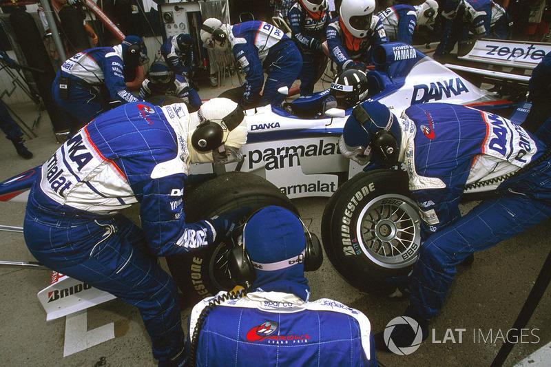 Деймон Хілл (Arrows A18 Yamaha) на піт-стопі