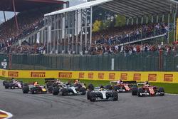 Lewis Hamilton, Mercedes AMG F1 W08, Sebastian Vettel, Ferrari SF70H, the rest of the field at the start