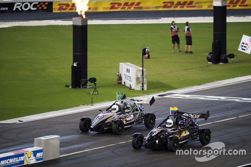 Juan Pablo Montoya, carrera de Felipe Massa, conduce el Ariel Atom Cup