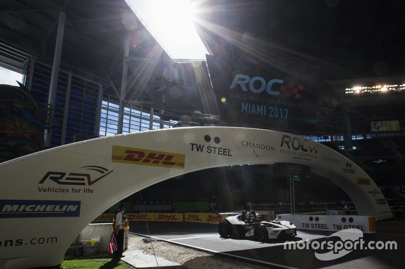 Sebastian Vettel, conduce el KTM X-Bow Comp R
