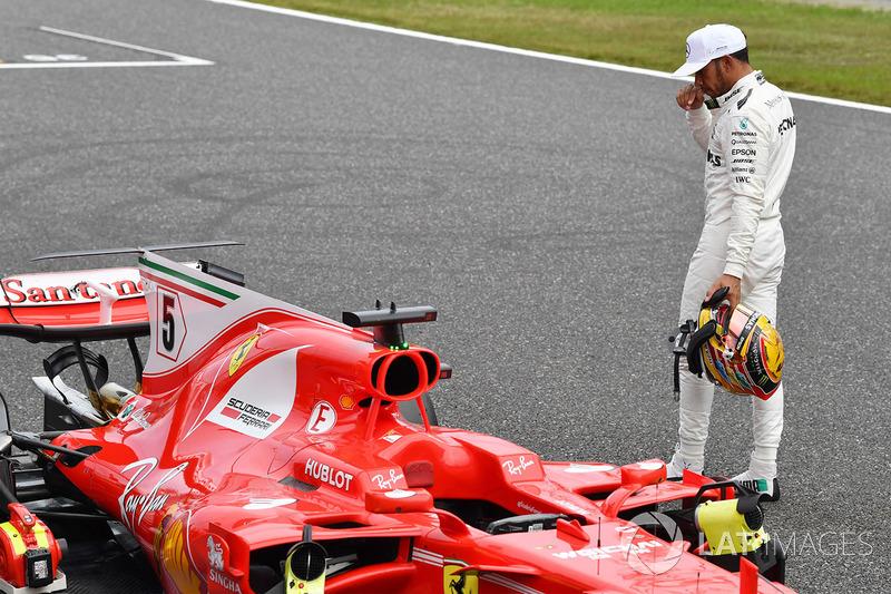 Lewis Hamilton, Mercedes AMG F1 kijkt naar de Ferrari SF70H in parc ferme