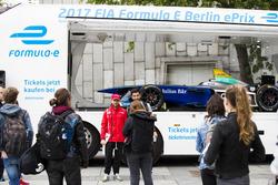 Nick Heidfeld, Mahindra Racing visite l'Institut de Technologie de la ville de Berlin