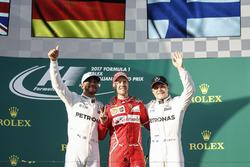 Podyum: 2. Lewis Hamilton, Mercedes AMG, yarış galibi Sebastian Vettel, Ferrari, 3. Valtteri Bottas,