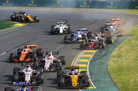 Nach dem Start: Nico Hülkenberg, Renault Sport F1 Team RS17; Sergio Perez, Force India VJM10; Esteban Ocon, Force India VJM10; Fernando Alonso, McLaren MCL32; Kevin Magnussen, Haas F1 Team VF-17; Marcus Ericsson, Sauber C36