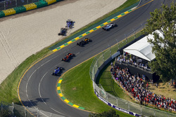 Marcus Ericsson, Sauber C36, and Kevin Magnussen, Haas F1 Team VF-17, collide at the start