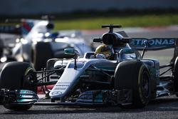 Lewis Hamilton, Mercedes F1 W08, devant Felipe Massa, Williams FW40
