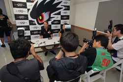 Jenson Button, Team Mugen with the media