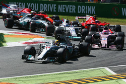 Lewis Hamilton, Mercedes AMG F1 W08, Esteban Ocon, Sahara Force India F1 VJM10, Lance Stroll, Williams FW40, Kimi Raikkonen, Ferrari SF70H, the rest of the field at the start