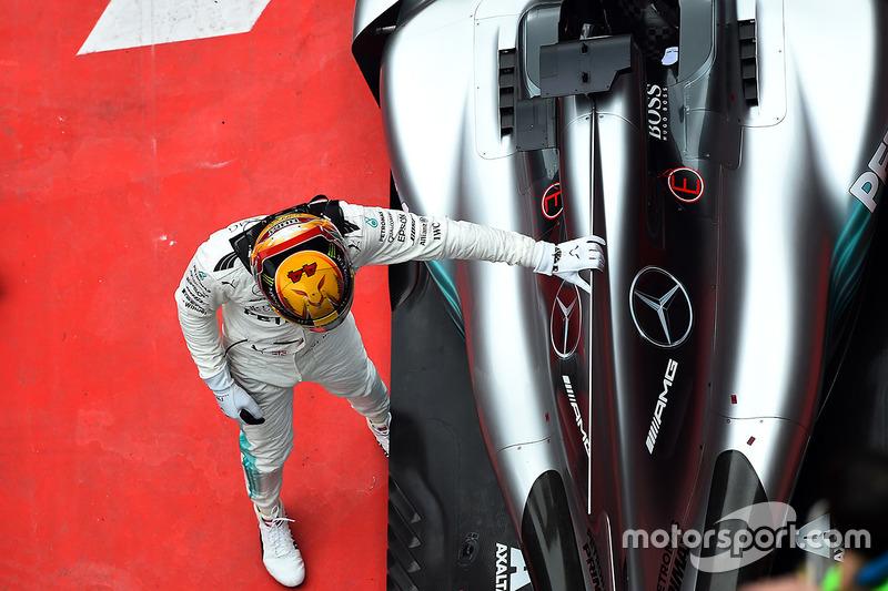 Ganador de la carrera Lewis Hamilton, Mercedes-Benz F1 W08 Hybrid celebra en parc ferme