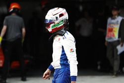 Antonio Giovinazzi, Sauber C36, revient au garage après son accident