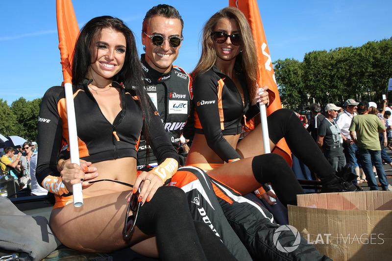 Roman Rusinov , G-Drive Racing, mit Gridgirls
