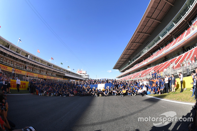F1 drivers and FIA Volunteers group photo