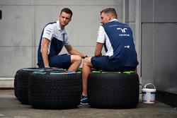 Williams-Mechaniker mit Pirelli-Reifen