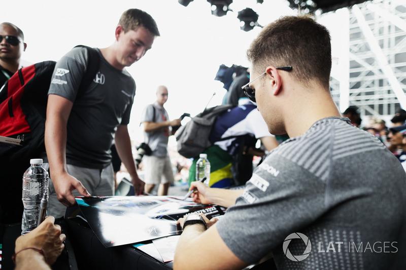 Стоффель Вандорн, McLaren, роздає автографи