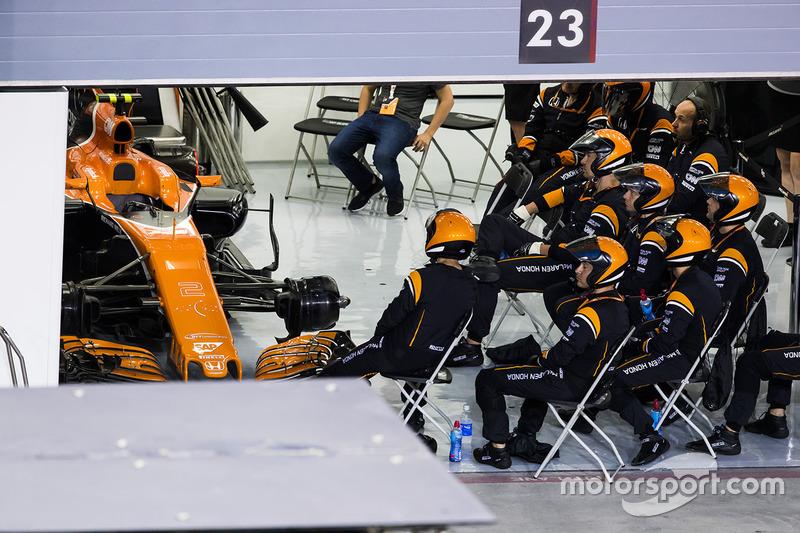 Бригада механиков McLaren в гараже