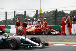Lewis Hamilton, Mercedes AMG F1 W08, supera la monoposto incidentata di Kimi Raikkonen, Ferrari SF70H, mentre i marshals la recuperano