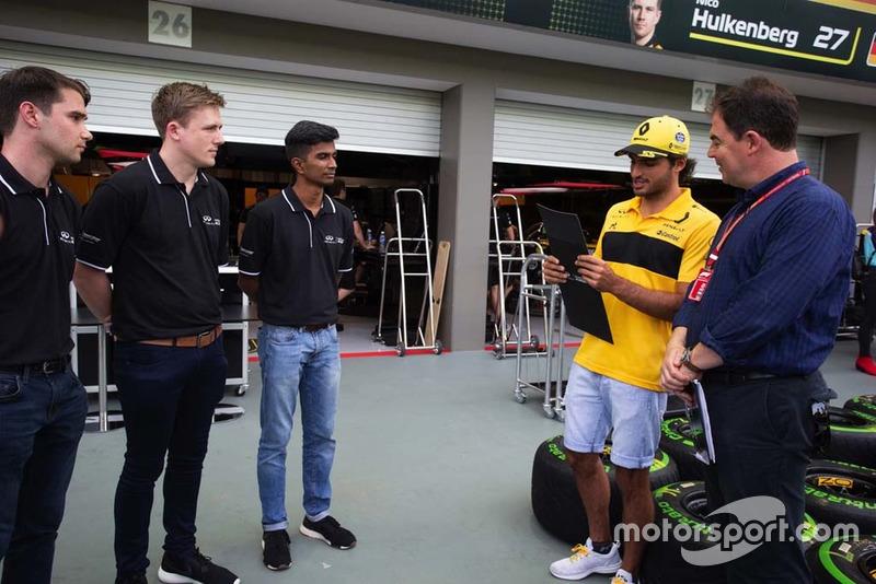Participantes de la Academia de Ingeniería de Infiniti con James Allen y Carlos Sainz Jr., Renault Sport F1 Team