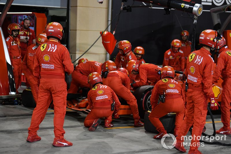 The Ferrari pit crew change the nose on Sebastian Vettel, Ferrari SF90
